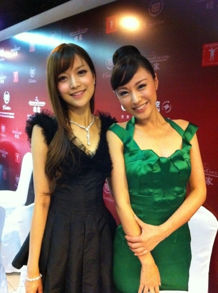 《天生愛情狂》女主角劉心悠(右)與女配角葉熙棋(左)合影。(圖/牽猴子整合行銷提供)