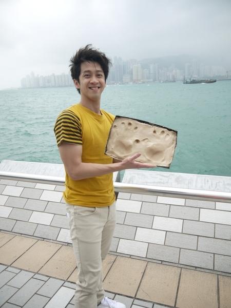 陈汉典来到巨星云集的星光大道,也主动留下手印,想要与巨星并列。(图/香港旅游局提供)