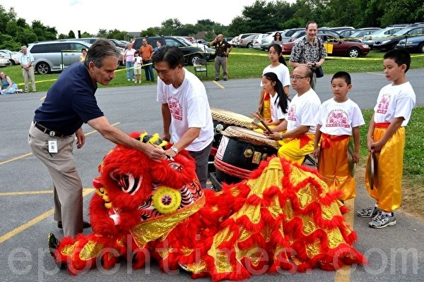 德拉华州众议员Nick Manolakos正在为红狮开眼,从而拉开了中国节的序幕。(摄影:良克霖/大纪元)