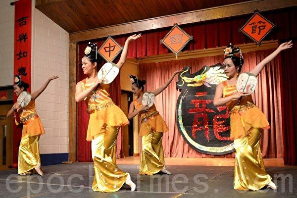 明慧中文学校舞蹈队在表演扇子舞。(摄影:良克霖/大纪元)