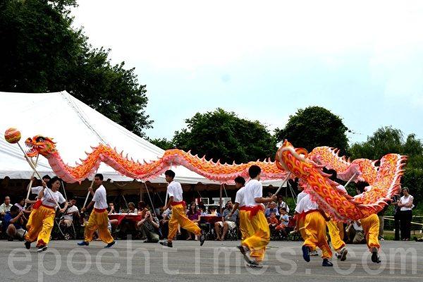 华美联谊中心舞龙舞狮社在中国节表演舞龙。(摄影:良克霖/大纪元)