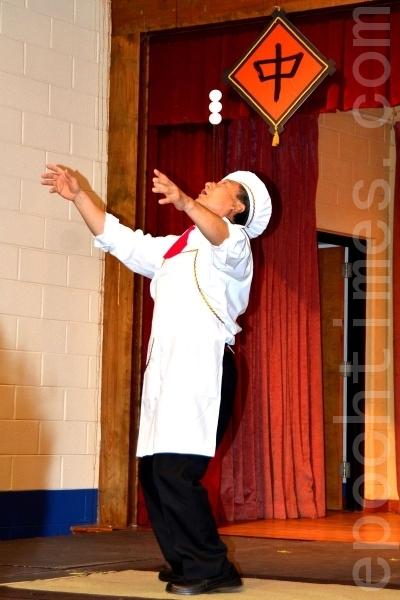 来自纽约的杨小弟先生正在表演杂技,用一根筷子顶着3个鸡蛋。他的多个表演赢得了现场观众的热烈喝采。(摄影:良克霖/大纪元)