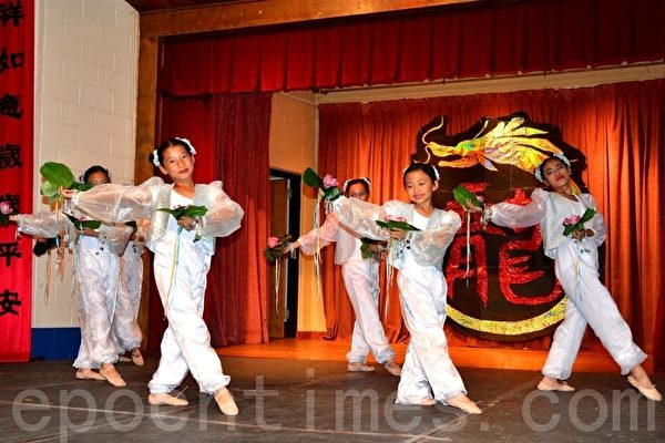 """华美联谊中心的儿童和青少年舞蹈社在表演""""荷仙舞""""。(摄影:良克霖/大纪元)"""