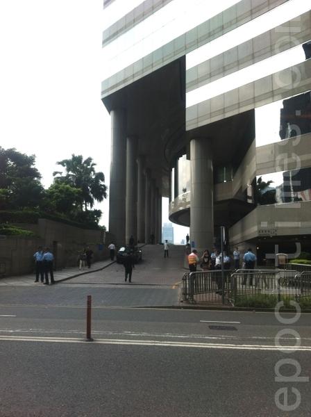 中共國家主席胡錦濤專機29日飛抵香港進行訪問,在胡下榻的酒店各個出入口都守衛森嚴,警員在附近巡邏。(攝影:吳雪兒/大紀元)