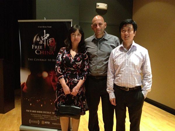从左至右:《自由中国-有勇气相信》的主角之一曾铮,导演和共同制片人麦克•普曼,共同制片人黄升建在第17届美国棕榈滩国际影展上。(摄影:艾莉/大纪元)
