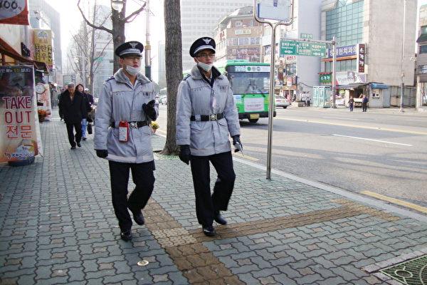 韩国在街上巡逻的警察们(摄影:洪梅/大纪元)