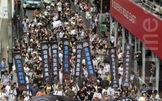 7.1遊行,雖然中共主席胡錦濤特地訪港,不過今天有近40萬香港民眾走上街頭抗議,表達對香港回歸15年來的不滿,要求「要民主、反貪腐」的訴求。(攝影:潘在殊/大紀元)