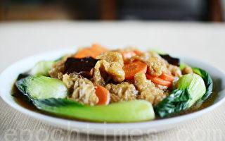 健康养生的青江菜烩面筋吃起来菜味美、汤清鲜(摄影:林秀霞 / 大纪元)
