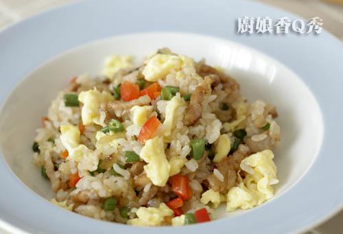 起锅前在锅边淋一些酱油加入炒好的蛋即完成(摄影: 新唐人电视台 提供)