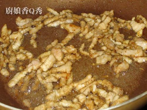 鸡丁先炒9分熟备用(摄影: 新唐人电视台 提供)