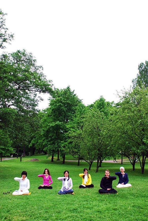 在公园平和炼功的愿望,看起来很平凡,但是在中国大陆却很艰难,兰丽华希望这愿望早日在中国实现。图为兰丽华与法轮功学员于芬兰炼功的画面。(兰丽华提供)