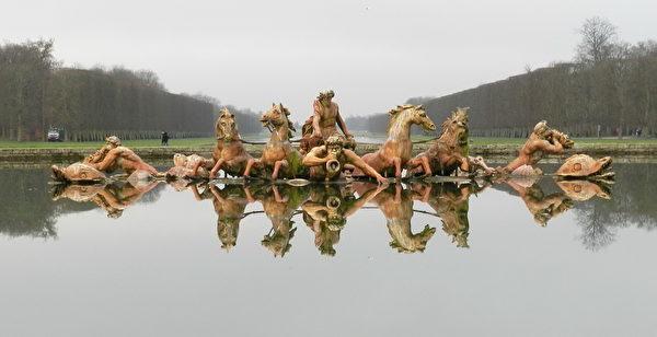 花园中正对皇宫的运河和阿波罗池中有雕塑家Jean-Baptiste Tuby设计制作的太阳神驾驭马车群像。