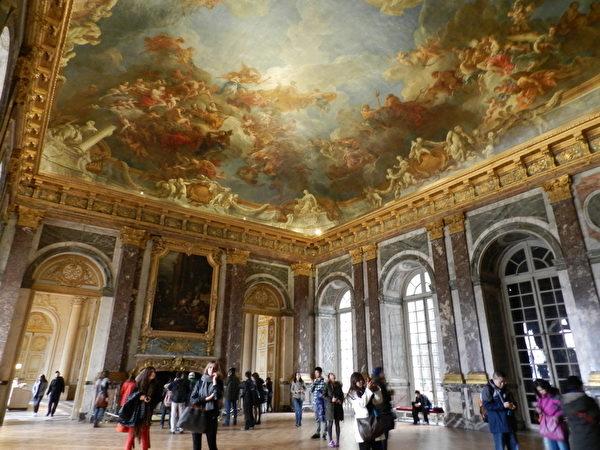 凡尔赛宫内海克利斯厅壮丽的天花板壁画。