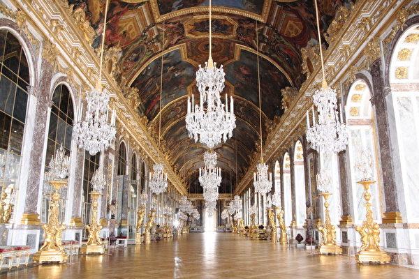 建筑师芒萨设计的镜厅(或译镜廊),深得国王得欢心。