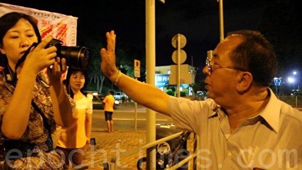 林國安(右)用手遮擋記者的鏡頭(攝影:蔡雯文/大紀元)