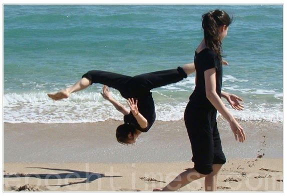 神韵舞蹈演员陈超慧在海滩上的一个即兴空翻,那是她们今年在佛罗里达州劳德代尔(Ft. Lauderdale)巡回演出时忙里偷闲到海边的放松。(图/神韵脸书)