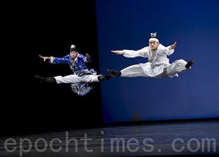 """李宝园(右)参加2010年第四届""""全世界中国舞舞蹈大赛"""",与同学李详谞合作跳双人舞《七步成诗》,分别获得银、铜奖,成为第四届舞蹈大赛中的一个亮点。(摄影:戴兵/大纪元)"""