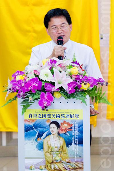 真善忍国际美术巡回展览7日在彰化市妇女学苑展出,彰化市长邱建富到场祝贺,并表示真善忍美展是一场高水准的美术展览。(摄影:陈柏州 / 大纪元)