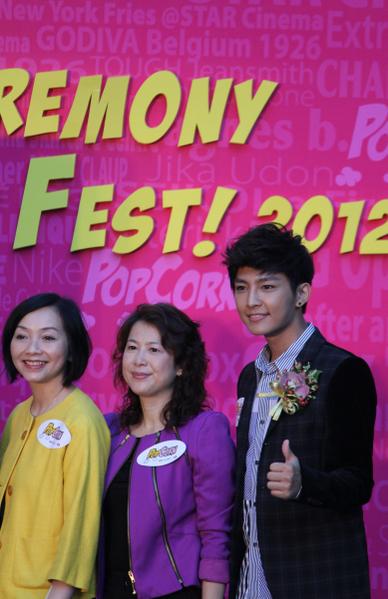 2012年7月7日,炎亚纶与港铁代表为出席Pop Corn开幕礼。(摄影:李小朗/大纪元)