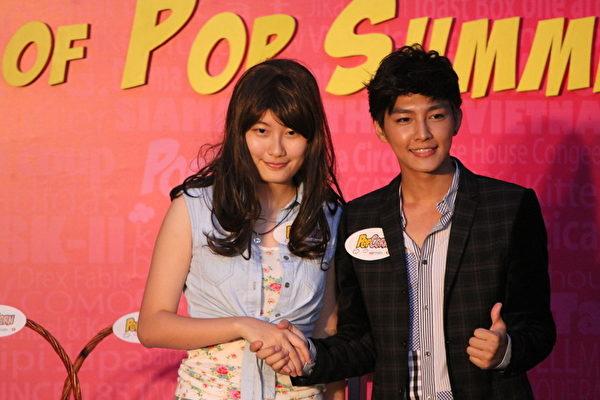 2012年7月7日,炎亚纶将自己刻有POP字样的吊坠项链义卖给了这位女孩。(摄影:李小朗/大纪元)