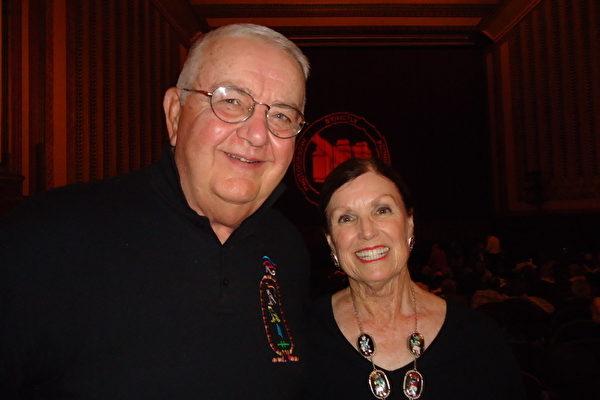 北伊州大学的退休教授Jim Ross和太太Diane Moss为了庆祝二人结婚46周年纪念共同观看了于7月7日晚在芝加哥歌剧院上演的神韵晚会,并惊呼赞叹!(摄影:温文清/大纪元)