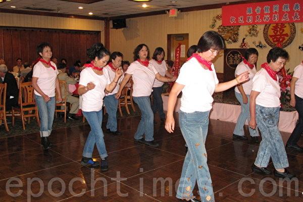 圖:女士們在歡送晚宴上表演牛仔舞。(攝影:劉菲/大紀元)