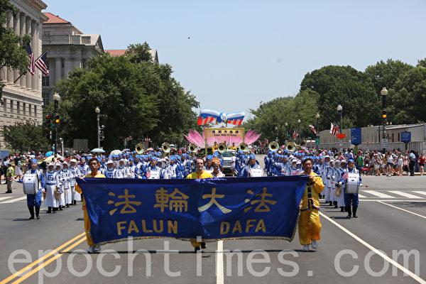 2012年7月4日,法轮功天国乐团在美国首府华盛顿DC参加美国国庆游行。(摄影:李莎/大纪元)