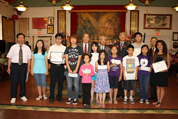 羅省龍岡親義公所7月8日為華人子弟頒發獎學金。(圖:羅省龍岡親義公所提供)