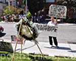 張向陽在多倫多中領館前手拿新展牌「Rot In Hell 狗日的中國共產黨」 (攝影:高雲林/大紀元)