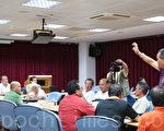 图为农民苏宗富(紫衣者)在县议会,请议员龚文俊为灾农主持公道。(摄影:詹亦菱 /大纪元)