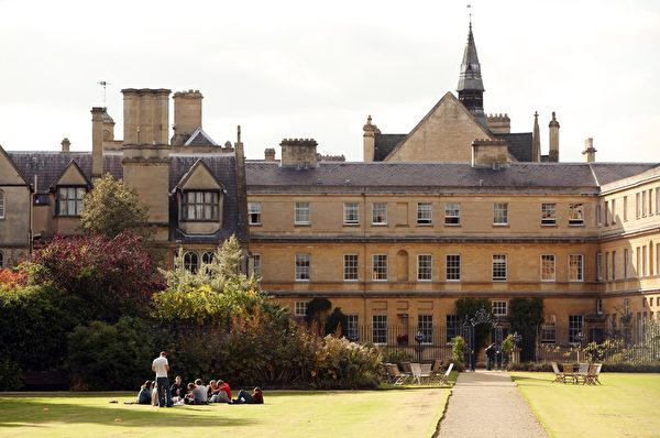 《美国新闻与世界报导》发布2018年全球最佳大学排行中,牛津大学位居第5名。(Oli Scarff/Getty Images)