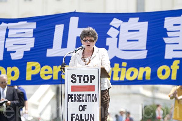 2012年7月12日,美國首都華盛頓美國國會前,法輪功學員舉行集會,呼籲解體中共、停止迫害法輪功、聲援1.2億三退。Faith McDonnell在發言。(攝影:馬有志/大紀元)
