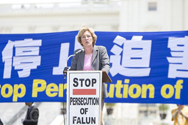 2012年7月12日,美国首都华盛顿美国国会前,法轮功学员举行集会,呼吁解体中共、停止迫害法轮功、声援1.2亿三退。Suzanne Scholte在发言。(摄影:马有志/大纪元)