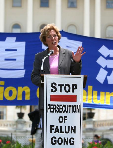 「國防論壇基金會」主席蘇珊‧娜肖爾特(Suzanne Scholte)在「停止迫害法輪功 聲援九評退黨」國會前大集會講話。(攝影:李莎/大紀元)