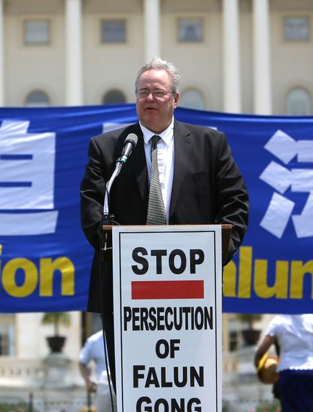 「宗教自由大同盟」主席丹‧菲弗尔曼(Dan Fefferman)在「停止迫害法輪功 聲援九評退黨」國會前大集會講話。(攝影:李莎/大紀元)