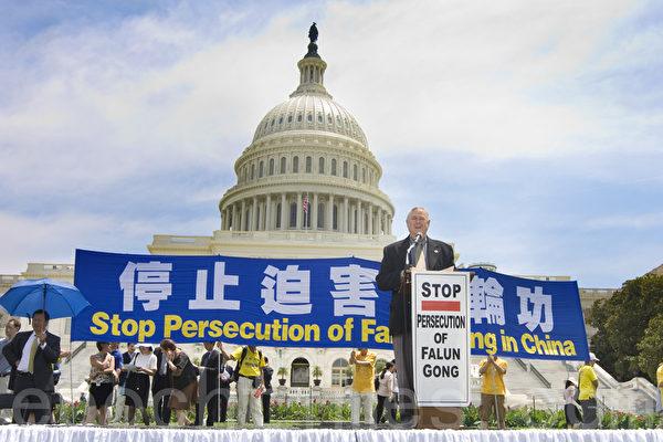 2012年7月12日,美國首都華盛頓美國國會前,法輪功學員舉行集會,呼籲解體中共、停止迫害法輪功、聲援1.2億三退。圖為美國國會議員Rep Dana Rohrabacher在發言。(攝影:馬有志/大紀元)