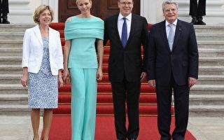 德國第一女友失足 誤踩摩納哥王妃長裙