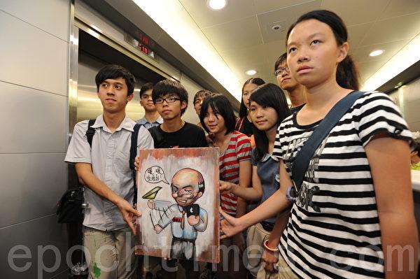 学民思潮成员手持讽刺吴克俭爽约的油画。(摄影:孙青天/大纪元)