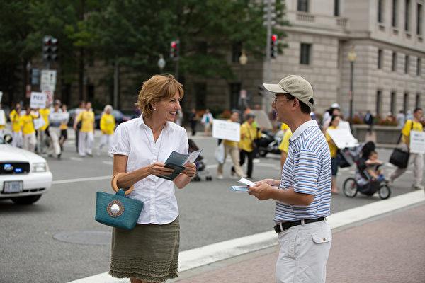 """2012年7月13日,法轮功学员在美国华盛顿DC举行""""解体中共、停止迫害大游行"""",民众接受法轮功真相传单。 (摄影:陈虎/大纪元)"""