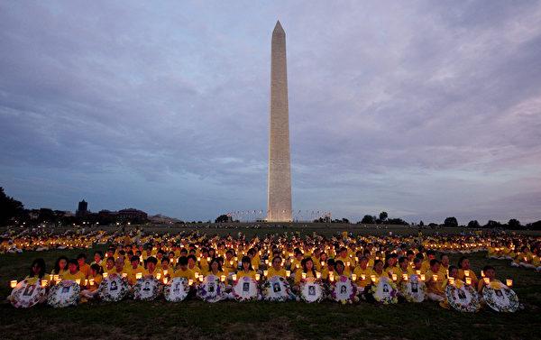 2012年7月13日晚,美国首都华盛顿法轮功十三年反迫害烛光夜悼。(摄影:季媛/大纪元)