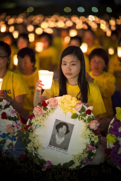 2012年7月13日晚,美国首都华盛顿法轮功十三年反迫害烛光夜悼。(摄影:爱德华/大纪元)