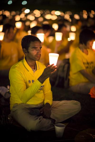 2012年7月13日晚,美国首都华盛顿法轮功学员举行十三年反迫害烛光夜悼。(摄影:爱德华/大纪元)