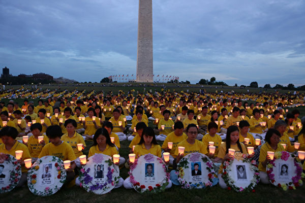 2012年7月13日晚,美国首都华盛顿法轮功十三年反迫害烛光夜悼。(摄影:李莎/大纪元)