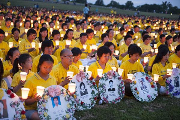 2012年7月13日晚,美国首都华盛顿法轮功学员举行十三年反迫害烛光夜悼。(摄影:戴兵/大纪元)
