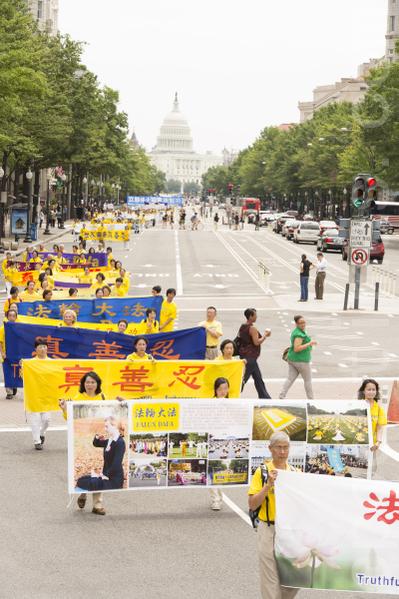 """7月13日,来自世界各地的部分法轮功学员和美国民众近五千人在美国首都华盛顿DC举行""""解体中共、停止迫害大游行""""(摄影;爱德华/大纪元)"""