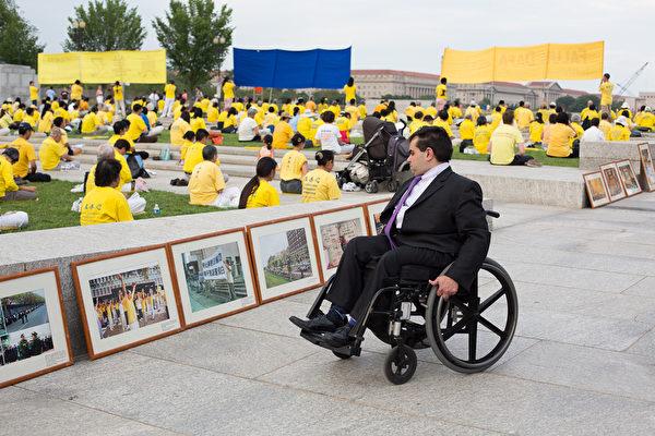 2012年7月13日,美国华盛顿DC,法轮功真相图片展的现场,民众正在看真相图片。(摄影:陈虎/大纪元)
