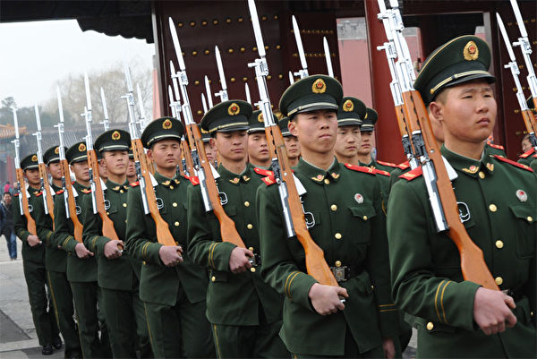 3月19日北京发生枪击战的传闻,在两个多月后被香港杂志和国外媒体的独家爆料证实。图为当天北京的准军事部队士兵培训。(AFP)