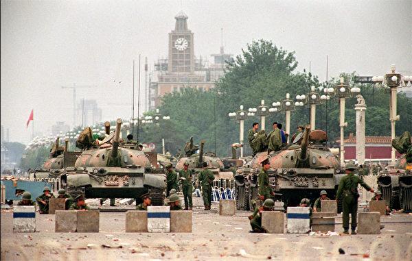 1989年六四事件中,邓小平调38军进入北京镇压学生,当时38军军长徐勤先少将拒绝在调兵令上签字。但38军最终在换将后参与屠杀同胞的恶行。(AFP)