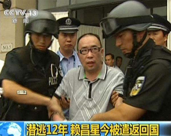欲在18大争夺总政主任的江泽民心腹贾廷安是解放军史上第一贪,拿了赖昌星许多好处,帮助赖逃脱到加拿大。图为2011年7月23日赖昌星被遣返中国。(AFP)