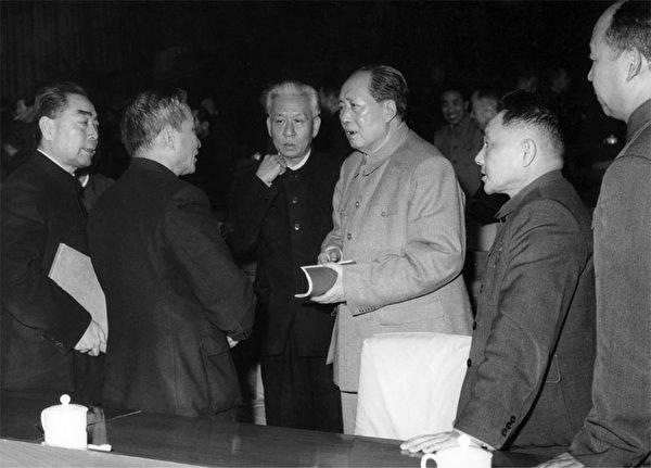 1962年1月1日,周恩来、陈云、刘少奇、毛泽东、邓小平和彭真(右一)在北京的中央委员会会议。(AFP)